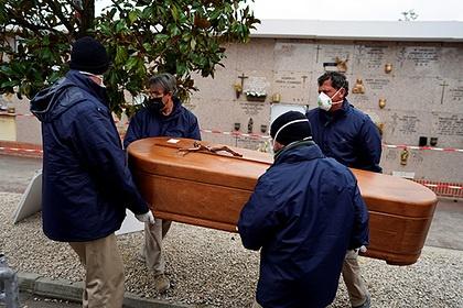 В Испании засутки откоронавируса погибли почти 800человек