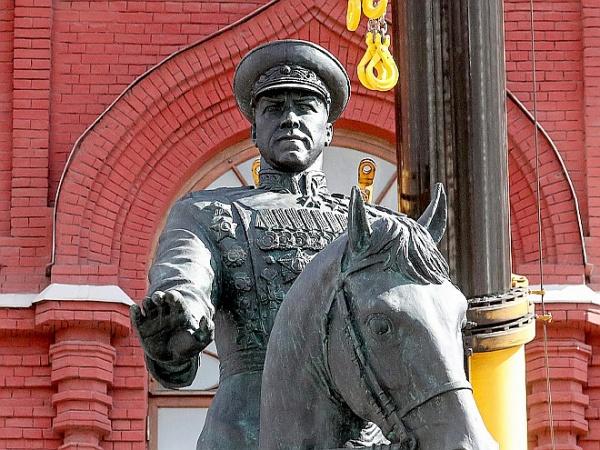 Памятник Жукову отреставрировали и вернули на место