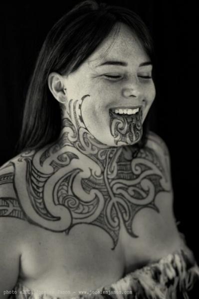 Зачем красавицам борода? История татуировок маори та-моко, которые становятся трендом