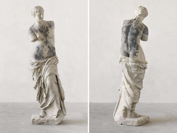 Итальянский художник набивает классическим скульптурам татуировки