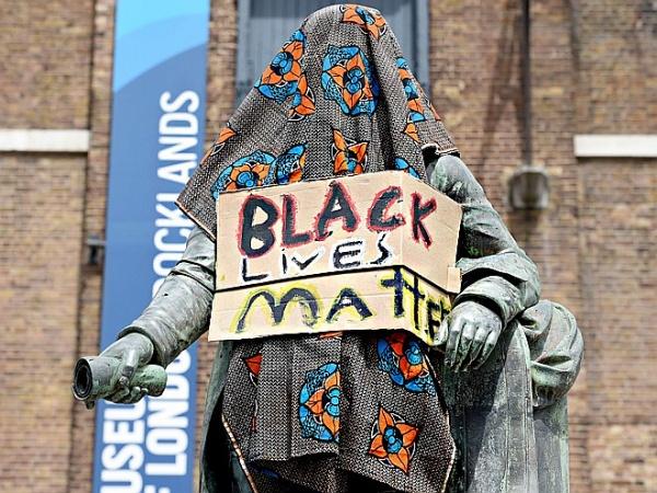 Памятники наказали за расизм