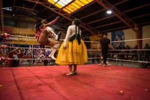 Летающие чолитас: как проходят женские бои вБоливии
